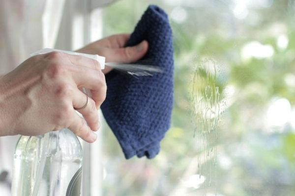 Tẩy sơn móng tay bằng... kem cạo râu