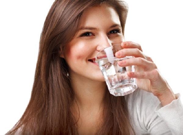 Uống nhiều nước để phòng ngừa nám da