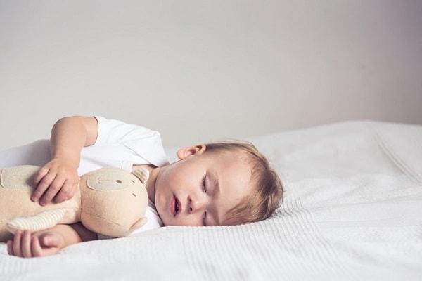 Những dấu hiệu cảnh báo giấc ngủ của trẻ bất thường mẹ cần nắm 2