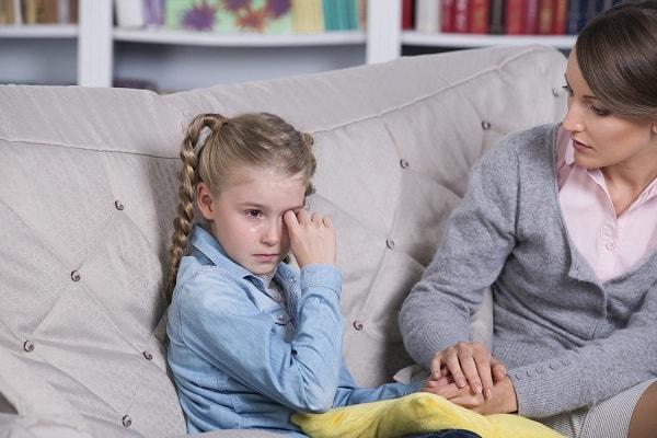 """Phụ huynh nên và không nên làm gì khi con """"tố"""" bị cô giáo đánh mắng"""
