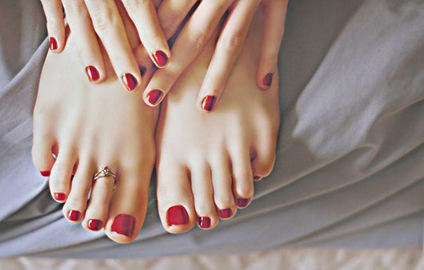 Mẫu móng chân một màu với một điểm nhấn ở ngón chân cái