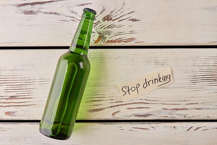 Ngừng uống rượu sẽ giúp bạn hạn chế tình trạng mất ngủ khi cai thuốc