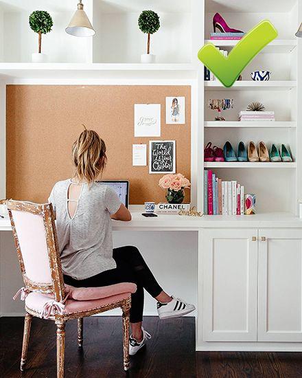 Thay vì là việc trên giường, hãy sắm một bộ bàn ghế để làm việc ở nhà