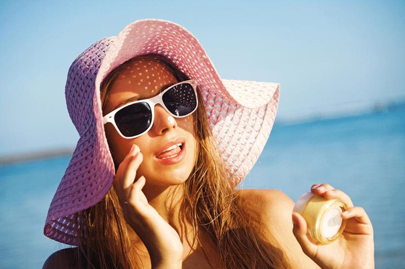 Sử dụng kem chống nắng giúp bảo vệ da khỏi tia UV gây hại, chống lão hóa da tuổi 40